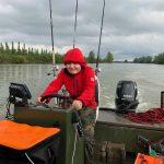 Kind am Steuer eines Boots des Fishing Camp Serravalle