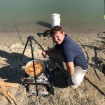 Angler beim kochen outdoor am Fluss