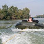 Angler im Schlauchboot hinter Hauptboot hergezogen